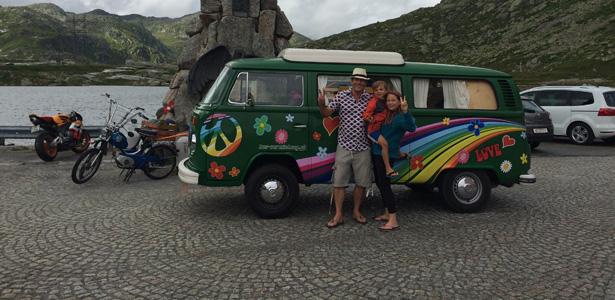 Mit dem Hippie-Bus über den Gotthard